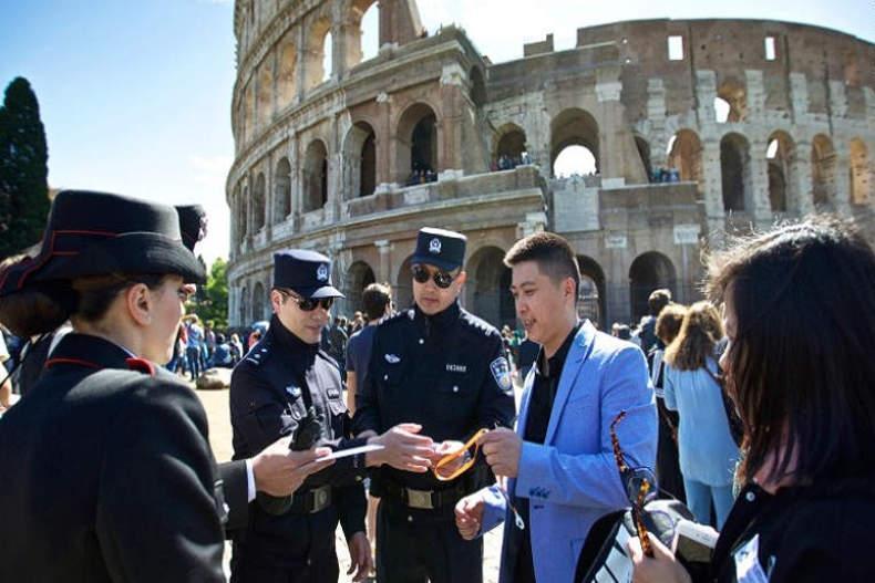 گشت زنی پلیس های چینی در ایتالیا
