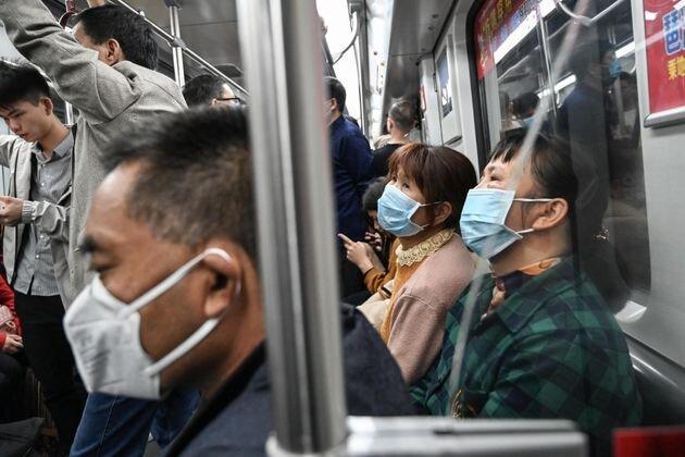 فیلم ، مرد بدون ماسک در چین از مترو بیرون کشیده می گردد
