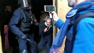 مضروب کردن یک معترض توسط پلیس فرانسه در کلیسا