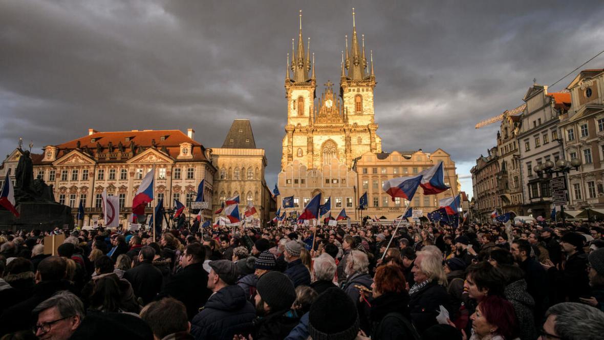 خبرنگاران هزاران معترض علیه نخست وزیر جمهوری چک تظاهرات کردند