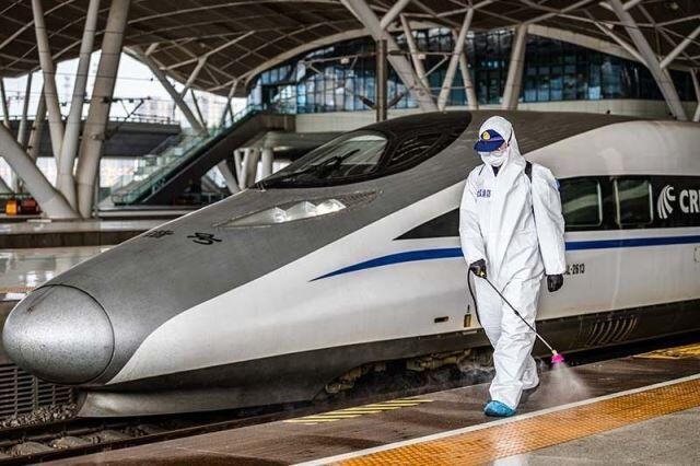 خبرنگاران حرکت قطارها در استان هوبی چین از سرگرفته می شود