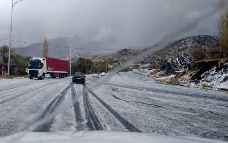 خبرنگاران جاده های جنوب کرمان با وجود بارش تگرگ باز است